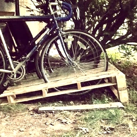 #4. A VERY USEFUL BIKE RACK MADE OUT OF WOODEN PALLETS