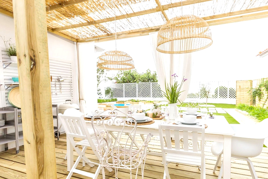 16 Beautiful Shabby Chic Deck Designs For A Whimsical Yard