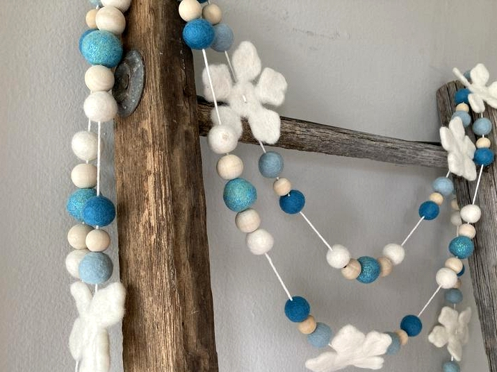 18 Adorable Winter Garland Decorations For Your Home And Yard