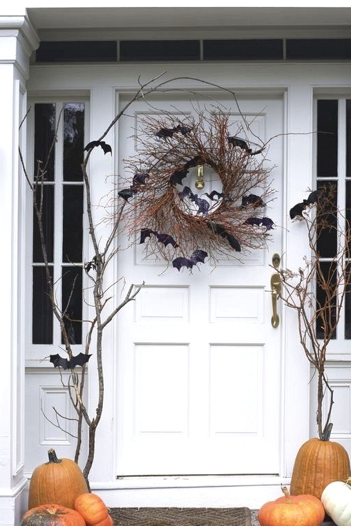 Spooky and trendy fall front door decorating idea