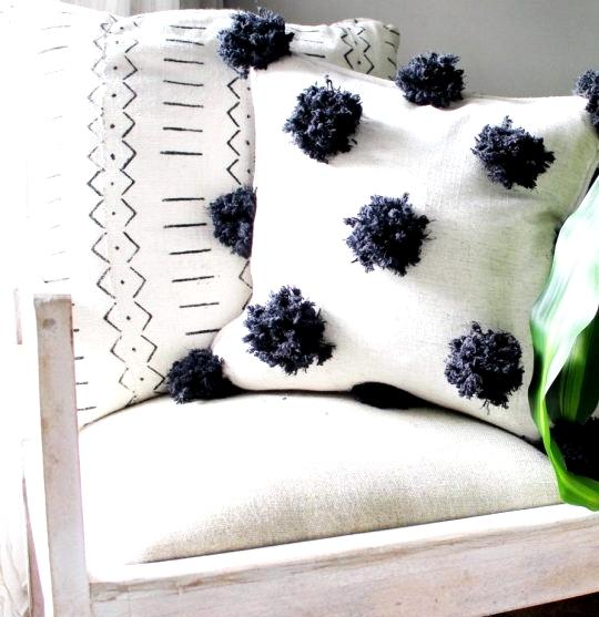 DIY pom pom pillow using dollar store yarn #diy #diypillow