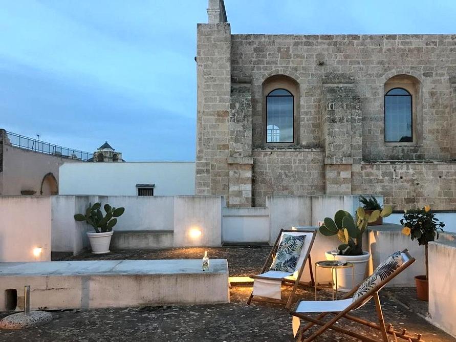 16 Stunning Shabby-Stylish Deck Designs For A Whimsical Yard