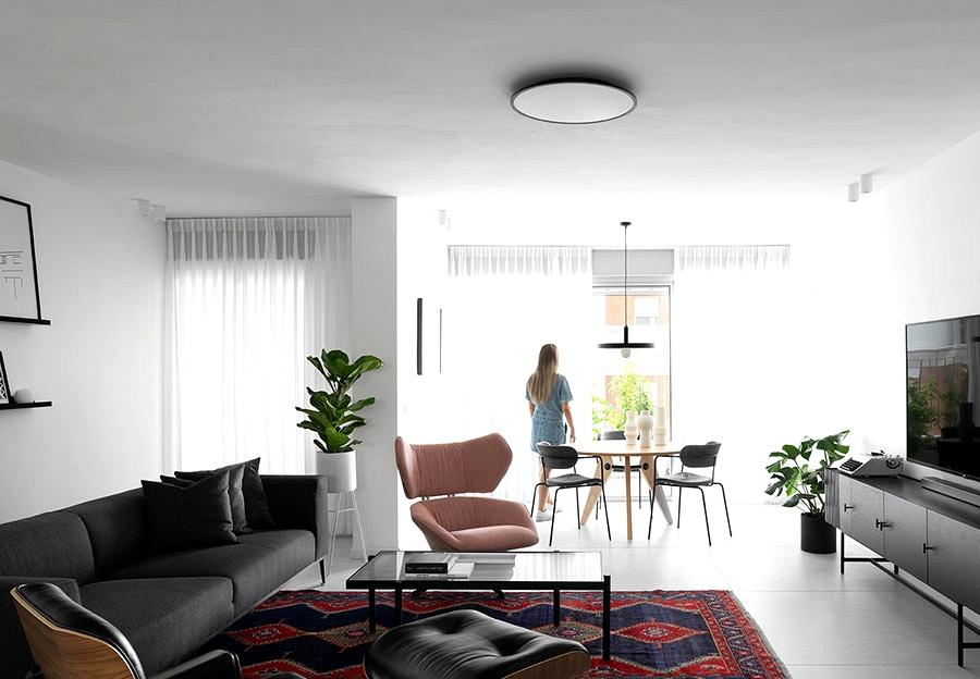 Concrete columns and brightly coloured accents: minimalist condo in Israel