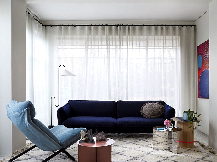 Personal mini-jungle outdoors the window and decor in shades of blue: trendy dwelling in Melbourne