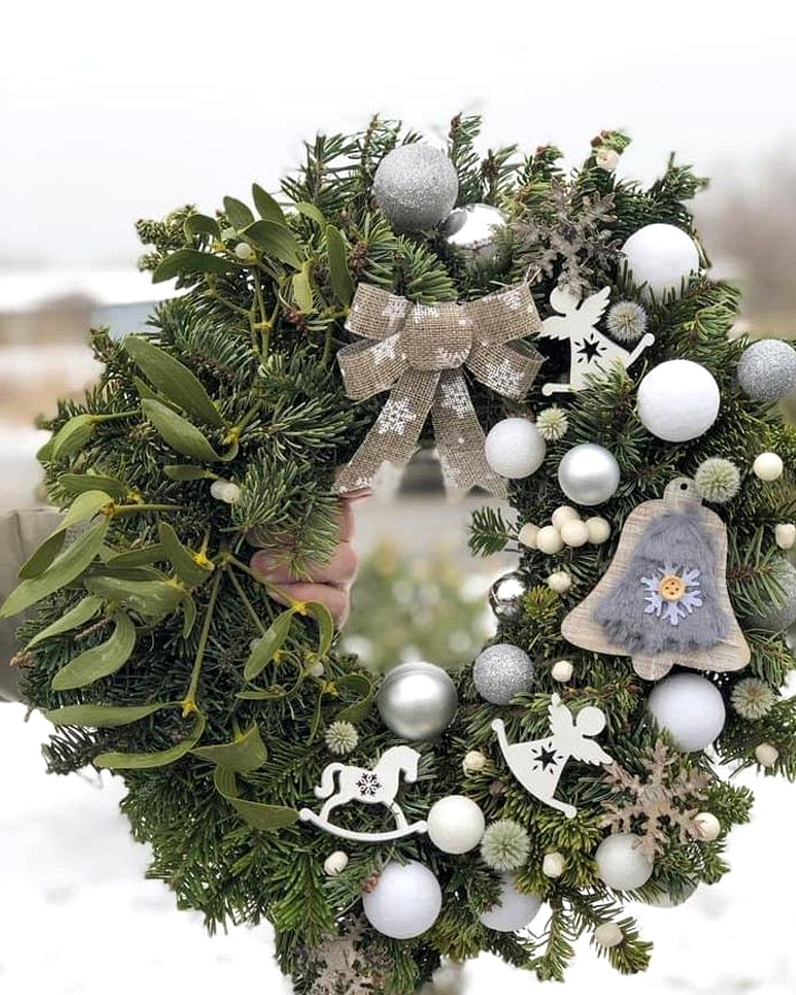18 Whimsical Christmas Wreaths That Will Wake Up The Festive Spirit In Your Home
