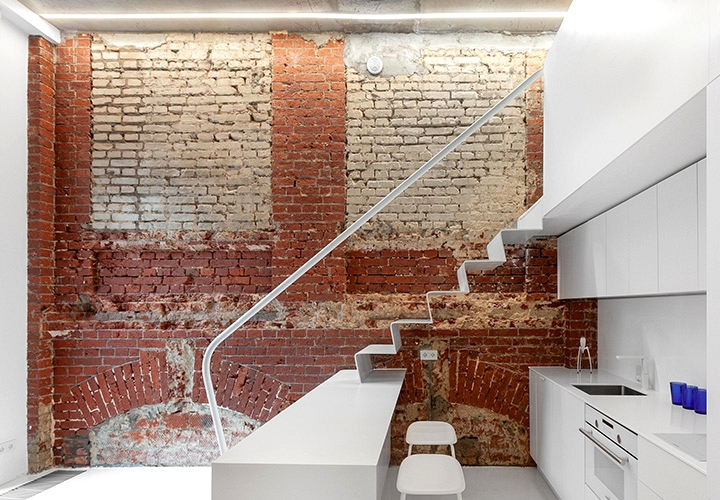 Outdated brickwork and white furnishings: micro-loft in Moscow (27 sqm)