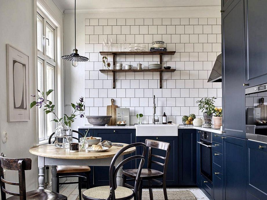 Calm Scandinavian condominium with blue kitchen in stunning nineteenth century wood home in Goteborg (58 sqm)